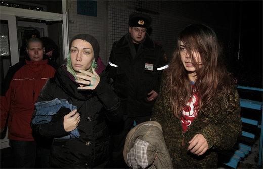 Zwei der betroffenen Frauen beim Verlassen des Krankenhauses