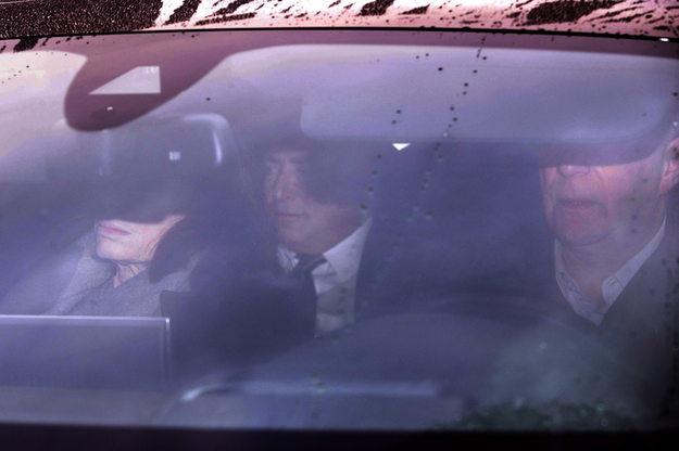 Dominique Strauss-Kahn (w rodku) w drodze do sdu /YOAN VALAT  /PAP/EPA