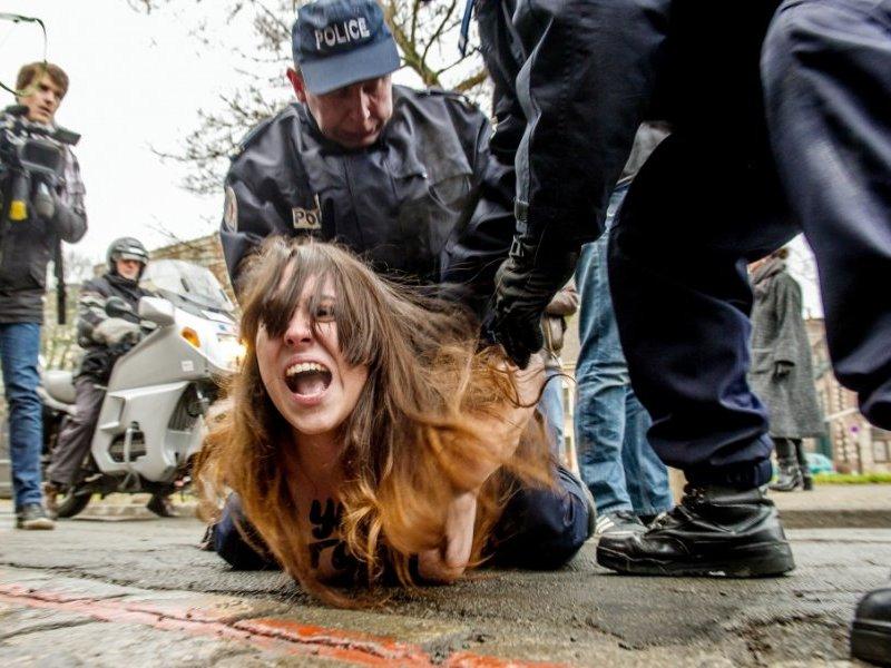 Une Femen interpelle par la police lors d'une manifestation  l'arrive de DSK au tribunal.