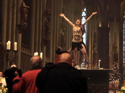 Femen-Aktivistin protestiert nackt im Kölner Dom