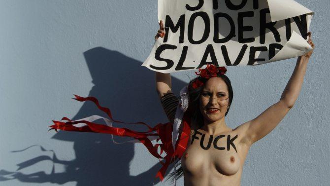 Eine Femen-Aktivistin verschafft sich Aufmerksamkeit.