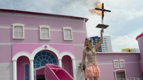 Topless activiste met brandend kruis bij het Barbiehuis
