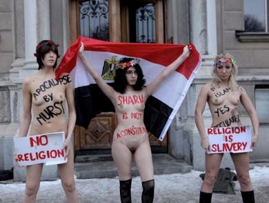 Mahadi, la blogger egiziana, sfila con le 'nudiste' di Femen