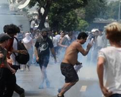 Rio de Janeiro: manifestantes e policiais entram em confronto após saída de índios de museu
