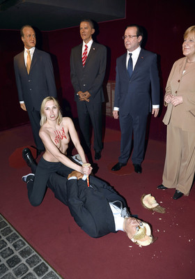 Une Femen attaque la statue de Poutine sous les yeux de Juan Carlos, François Hollande, Barack Obama et Angela Merkel.