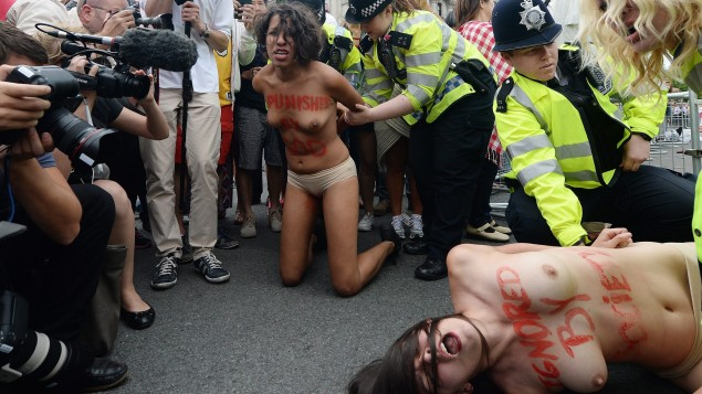 Femen-Aktivistinnen protestieren bei einer Kundgebung in London.
