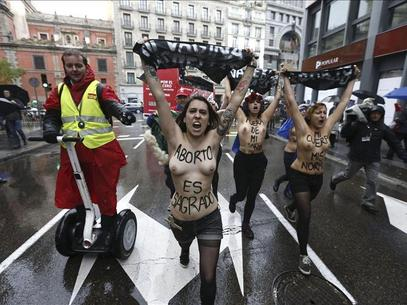 Pasan a disposición judicial las activistas de Femen detenidas ayer en Madrid Foto: Agencia EFE / © EFE 2013. Está expresamente prohibida la redistribución y la redifusión de todo o parte de los contenidos de los servicios de Efe, sin previo y expreso consentimiento de la Agencia EFE S.A.