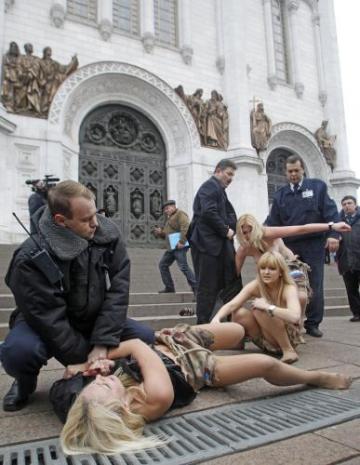 Členky známé ukrajinské protestní skupiny Femen při protestu v Moskvě. Svůj odpor proti falšování voleb daly najevo u největšího moskevského pravoslavného chrámu Krista spasitele, kde s obnaženou hrudí provolávaly heslo Bože, vyžeň cara!. Jejich happening ale brzy ukončil policejní zásah.