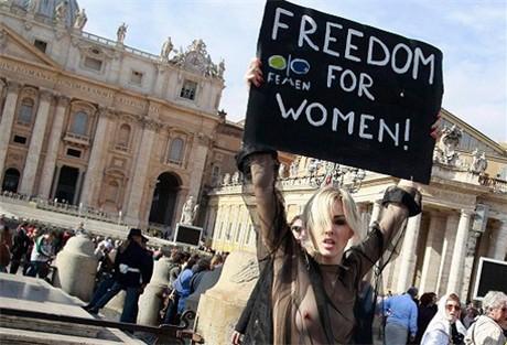 feministe ontbloot borsten op het sint pietersplein