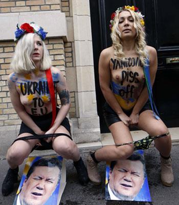 VÅT PRESIDENT: Utenfor den ukrainske ambassaden i Paris valgte kvinnene å aksjonere.