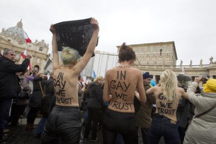 Svlečené členky Femen protestovaly ve Vatikánu během papežovy modlitby proti odmítavému postoji katolické církve vůči sňatkům homosexuálů.