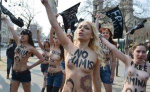 A ativista ucraniana Inna Shevchenko (c), do grupo de direitos femininos Femen, participa de um protesto prximo  embaixada da Tunsia em Paris. Foto: AFP, Miguel Medina