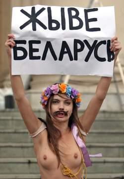 Protest voor het KGB-kantoor in Minsk.