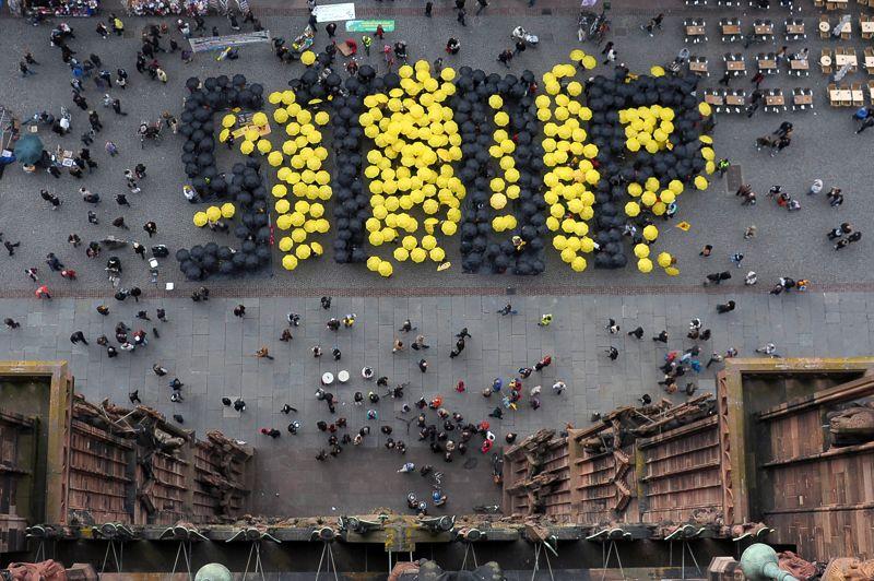 strongMobiliss./strong Le rseau Sortir du nuclaire a organis ce samedi des manifestations dans une dizaine de villes en France, dont Lyon, Strasbourg, Metz et Laval.  Strasbourg, environ 500 personnes, dont des ressortissants allemands, se sont rassembles sur le parvis de la cathdrale. Munies de parapluies jaunes et noirs, elles ont form les lettres gantes STOP avant de parader dans le centre-ville au son de percussions, derrire une banderole proclamant Fermons Fessenheim et sortons du nuclaire. Lanc notamment  l'initiative du collectif Stop Bugey, qui regroupe plusieurs associations membres de Sortir du nuclaire, le rassemblement clturait une marche des rfugis du nuclaire qui avait commenc jeudi devant la centrale nuclaire de l'Ain, pour se terminer samedi  Lyon.